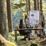 Besprechung im Wald